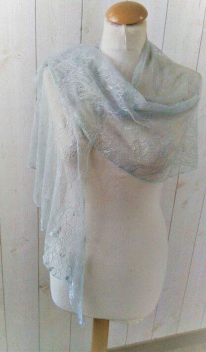 étole en dentelle gris clair a l'atelier de la couture