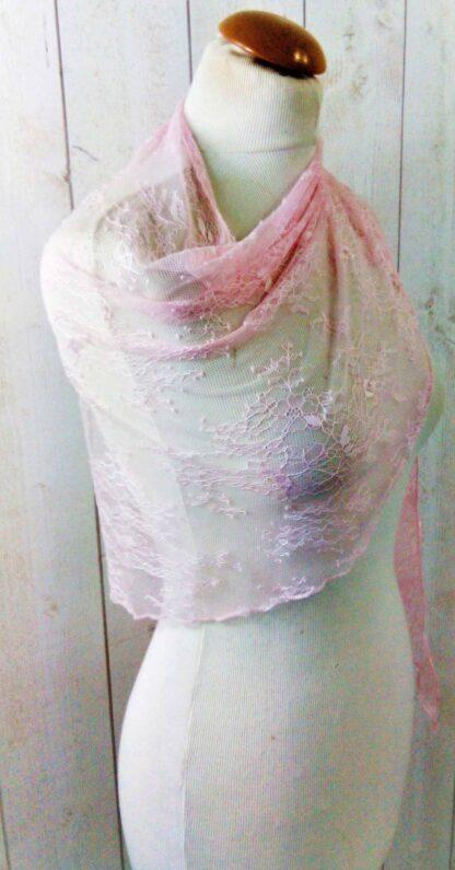 étole en dentelle rose pale a l'atelier de la couture